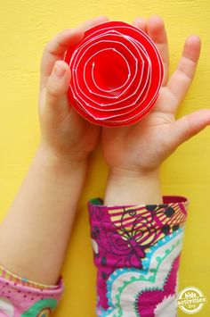 This simple tutorial will show you {and your kids} how to make paper plate roses. These are so beautiful!