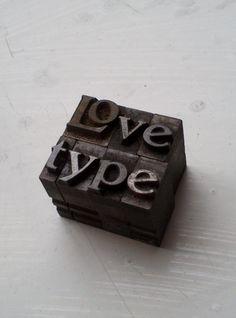 Trajan 36pt including ligaature.  A worthy motto ;)