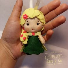 Ela é linda de azul, verde, na cor que quiser. Essa é a Elsa do Frozen Fever! Apaixonante! ❤ Let go!  #feltro #felt #handmade #elsa #frozenfever #chaveiro #ateliefofuricesfeltroecia #amoartesanato #artesanato #pocket #timart Timart Artesanato