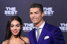 Cristiano Ronaldo será padre de gemelos por gestación subrogada. La prensa británica ha anunciado la paternidad del futbolista, que tiene un hijo de 6 años y mantiene una relación con la española Georgina Rodríguez. Él guarda silencio. El País, 2017-03-12 http://elpais.com/elpais/2017/03/12/estilo/1489309352_352181.html
