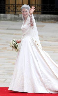 How to make a wedding dress like Princess Catherine's wedding dress. How to sew or design a wedding gown like the one Kate Middleton wore for the royal wedding. Kate Middleton Outfits, Vestidos Kate Middleton, Kate Middleton Stil, Kate Middleton Photos, Kate Wedding Dress, Kate Middleton Wedding Dress, Wedding Dress Pictures, Wedding Gowns, Wedding Ceremony
