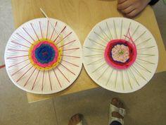 Diese Idee habe ich kürzlich im Internet entdeckt: Pappteller weben! Den Kindern macht es großen Spaß! Die Webnadeln sind aus ...