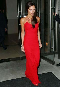 Look de Victoria Beckham com vestido longo vermelho.