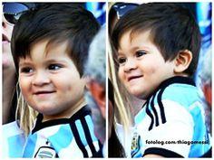 Lindeza... : Ontem Titi teve seus momentos de stress no jogo da Argentina, mas também mostrou toda sua doçura e encanto, dá pra resistir a esse sorrisinho e essas covinhas iguais as do pai?  Bj | thiagomessi