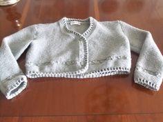 Chaqueta gris para niña con remate en ganchillo.  Hecho por María Landín.