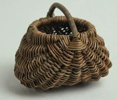 Hjørnholms Pileblog: Småbitte kurve / Tiny baskets Big Basket, Basket Bag, Old Baskets, Wicker Baskets, Willow Weaving, Basket Weaving, Willow Furniture, Traditional Baskets, Pine Needle Baskets