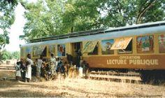 Au Sénégal, prenez le Train aux livres... une bibliothèque pas comme les autres.    Le long de la frontière avec le Sénégal, un wagon-bibliothèque tracté par un train de marchandises est déposée successivement dans les gares de Dio, Négala, Kassaro, Sébékoro, Toukoto, Oualia, Mahina, Diamou, Samé et Ambidedi, où il reste deux jours, le temps pour les lecteurs de consulter ses rayons et de faire leur choix.