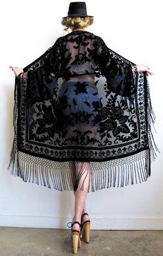 There is 1 tip to buy jacket, kimono, fringes, joplin fringe kimono. Look Fashion, Autumn Fashion, Fashion Outfits, Womens Fashion, Boho Chic, Bohemian Style, Mode Kimono, Kimono Jacket, Kimono Abaya