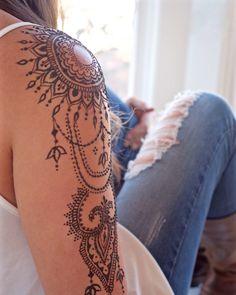 tatouage épaule pour femme, dessin au henné noir motifs mandala et bijoux féminins, idée tattoo temporaire