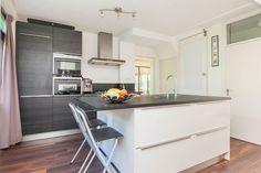 Kleine keuken met kookeiland