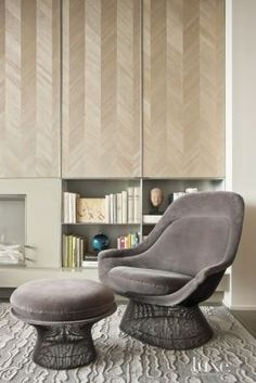 We spy @mayaromanoff's wood veneer wallcovering in this modern living room