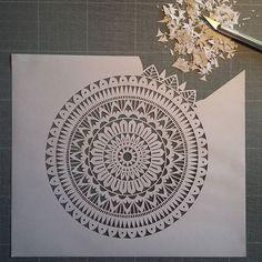 Crea Kirigami, Islamic Motifs, Paper Art, Paper Crafts, Cut Out Art, Mandala Stencils, Street Art, Paper Cutting, Cut Paper