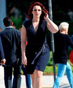 Sexy e ousado, o vestido em tom escuro disfarça os quilos extras e o decote em V valoriza o colo. O comprimento na altura do joelho é ideal para esse tipo físico, porque ajuda a equilibrar as formas. Moda Plus Size, Plus Size Casual, Curvy, Sporty, Sexy, Girls, Style, Fashion, Vestidos