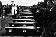 7 Peter Magubane, Sharpeville Funeral: More than people were at the graveyard, May Courtesy Baileys African History Archive African Life, African History, Life In The 1950s, Drum Magazine, First Black President, Human Rights Activists, Apartheid, James Brown, Art Google