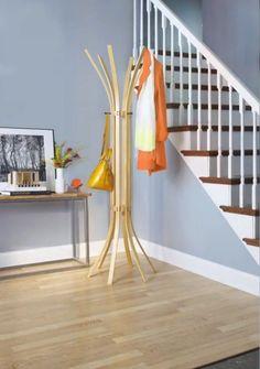 décoration escalier en peinture bleu gris clair et rampe en bois peint blanche