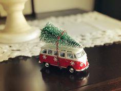 Decoração de Natal com kombi e mini árvore de natal. Christmas decor with mini Christmas tree. Volkswagen Kombi carrying Christmas tree.