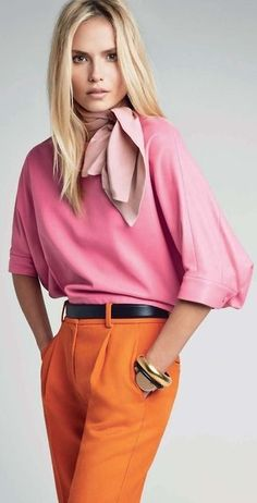Rosa e laranja. Saia rosa babados e camisa mostarda de botão  Calça amarelo queimado e t shirt algodão rosê costuras aparentes