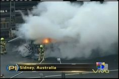 Bomberos Australianos tratan de extinguir un fuego de un autobus en medio de un puente