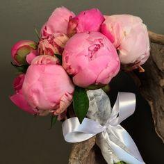 Νυφικό μπουκέτο (Ανθοδέσμη) γάμου από ροζ και φούξια παιώνιες.Το δέσιμο είναι από λευκή δαντέλα και λευκή σατέν κορδέλα.Η πρόταση είναι ενδεικτική του NEDAshop.gr και μπορεί να τροποποιηθεί όπως εσείς θέλετε.Το NEDAshop.gr υποστηρίζεται από το κατάστημα μας όπου μπορούμε να δημιουργήσουμε μαζί τη νυφική ανθοδέσμη που ταιριάζει καλύτερα στο γάμο σας. http://nedashop.gr/gamos/nifikh-anthodesmh/roz-foyksia-paionies