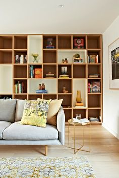 ChicDecó: blue sofa, brass side table, bookshelf