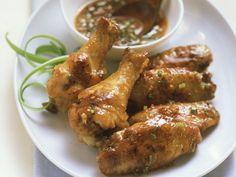 Hähnchenflügel mit Chili-Dip ist ein Rezept mit frischen Zutaten aus der Kategorie Hähnchen. Probieren Sie dieses und weitere Rezepte von EAT SMARTER!