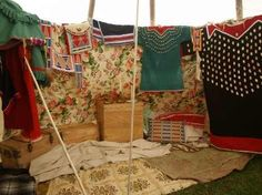 Crow style tipi interieur- www.history-props.de - Native American tent