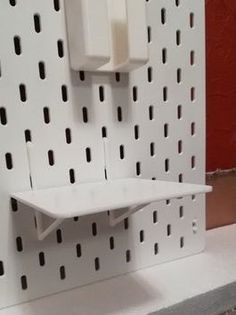 You can trust IKEA hackers to improve on the SKÅDIS. And settle these 5 issues you may have faced with the handy SKÅDIS pegboard, making it even better. Pegboard Craft Room, Ikea Pegboard, Pegboard Display, Pegboard Organization, Ikea Alex, Home Office Decor, Ikea Office, Mounted Shelves, Desktop