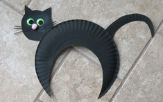 It's Halloween! So time to get busy with Halloween crafts and activities with kids. No prep crafts, easy activites and Halloween decor. find it all here. Chat Halloween, Theme Halloween, Halloween Activities, Halloween Decorations, Halloween Cat Crafts, Spooky Halloween, Paper Halloween, Halloween Season, Halloween Paper Plate Crafts For Kids