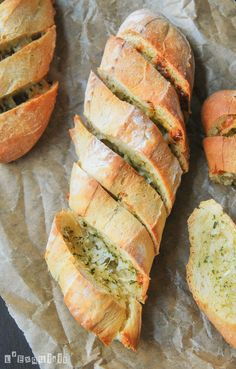 Baguettes with parmesan and garlic butter I Love Food, Good Food, Yummy Food, Pan Relleno, Breakfast Crepes, Dinner Rolls Recipe, Pan Bread, Buffet, Food Porn