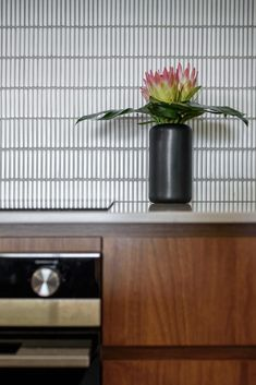 How to choose the right kitchen splashback - Red Lily Kitchen Splashback Tiles, Kitchen Cabinets And Countertops, Splashback Ideas, Concrete Countertops, Home Decor Kitchen, Kitchen Interior, Kitchen Design, Kitchen Colour Combination, Grey Wall Tiles