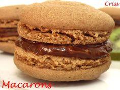 Macarons de chocolate con ganache. Ver receta: http://www.mis-recetas.org/recetas/show/21732-macarons-de-chocolate-con-ganache