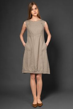Taupe gray pure linen dress, sleeveless. Made of washed linen (will not shrink). This sleeveless dress is made from specially-washed, shrink-resistant 100% linen fabric. Features deep side pockets, and an elasticated area below the chest and at the bottom. This lovely-looking knee-length dress will make a perfectly playful outfit choice for a hot summer day out. Composition: 100 % linen. Measurements: perfect for high aprox. 168 cm Sizes: EU 36-44 EU 36- US 4- UK8 EU 38- US 6- UK10 EU 40-...