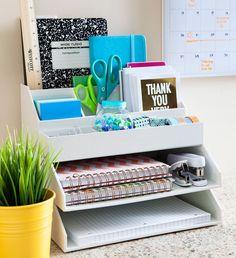 Un escritorio organizado te ayuda concentrarte y ser más eficiente. Eliminá  el caos que te rodea y lográ que tu lugar de trabajo sea realmente  funcional.  Primero: clasificar. Puede resultar la parte más tediosa pero antes de organizar hay que hacer  una revisión de todos los ítems que tengas. En este caso:      * Dale una mirada a los papeles, mientras lo hacés ya podés ir       separándolos para archivarlos mejor.     * Probá las lapiceras y marcadores para asegurarte de que todos estén…