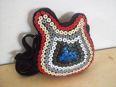 A bolsa em forma de guitarra é descolada, onde o artista brinca com tecidos de diversas texturas e cores.  A arte começa no aproveitamento de retalhos e na transformação da bolsa que se torna única e exclusiva, pois nenhuma sai igual.  A bolsa tem o fechamento com zíper e um bolso interno, é supe...