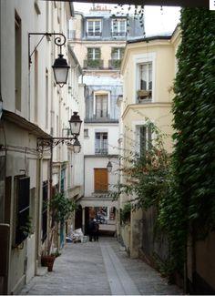 Paris 5e - 55 rue Lhomond : le Passage des Postes permet de rejoindre la rue Mouffetard 70m plus loin.