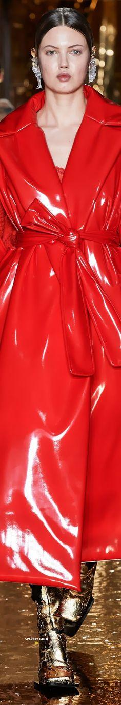 Preen by Thornton Bregazzi Fall 2020 RTW Red Fashion, Leather Fashion, Runway Fashion, Fashion Models, Fashion Brands, Capes, Red Raincoat, Burgundy Outfit, Thornton Bregazzi