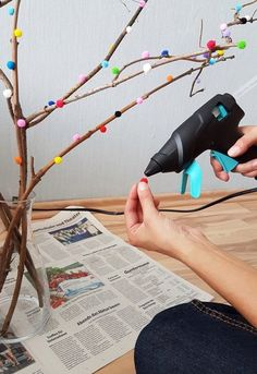 DIY: branches decorated with pompoms - brilliant eye-catcher! - Instructions for decorating branches with pompoms - Peacock Christmas Tree, Pallet Christmas Tree, Christmas Diy, Diy For Kids, Crafts For Kids, Rama Seca, Diy 2019, Diy Christmas Decorations For Home, Decoration Entree