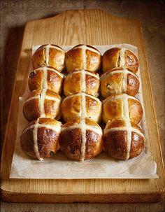 Hot cross buns, bollitos dulces británicos que se toman en Pascua, con un característico dibujo de cruz. Con consejos y proporciones