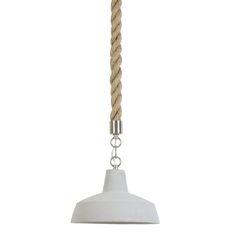 We love it! Hanglamp Darci is een indrukwekkende lamp met een nonchalante look. Deze trendy betonnen hanglamp met dik touw heeft een moderene uitstraling. Door de beton look is deze hanglamp geschikt voor verschillende interieurstijlen. Deze gave lamp van het merk Light&Living is perfect als je op zoek bent naar een onderscheidende hanglamp. Het gave dikke bruine touw maakt hanglamp Darci touw zo onderscheidend & mooi. De lichtgrijze lampenkap heeft een diameter van 26cm.