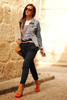Denim jacket by H&M, t-shirt by Sfera, pants and bag by Zara, sandals by Stradivarius.