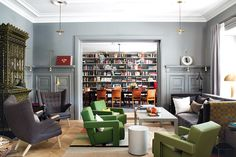 Eclectic Style living room in classic charcoal and Graphite Gray with Kelly Green chairs from Architectural Digest Spain Bold Living Room, Home And Living, Living Spaces, Living Rooms, Light Grey Walls, Gray Walls, International Style, Lounge, Furniture Layout