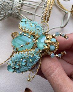 1,014 отметок «Нравится», 87 комментариев — Катерина Зюканова (@katzukanova) в Instagram: «А у меня теперь тоже есть личный жук 💃🏻💃🏻🙈❤️Как вам такой вариант расположения подкрылышек?🐞Смотрим…» Bead Embroidery Jewelry, Beaded Embroidery, Beaded Brooch, Beaded Earrings, Bead Jewellery, Beaded Jewelry, Brooches Handmade, Handmade Jewelry, Beaded Spiders