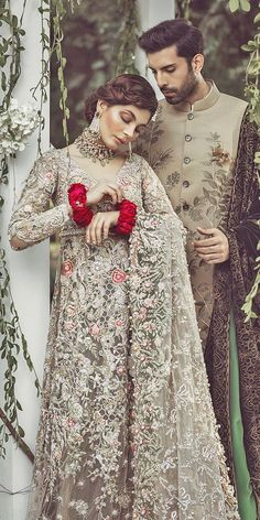 Indian wedding dresses are very beautiful. Usual indian bridal dresses made of chiffon or silk and adorned with elaborate embroidery, red or gold color. Asian Wedding Dress, Pakistani Wedding Outfits, Asian Bridal, Pakistani Wedding Dresses, Bridal Outfits, Indian Outfits, Wedding Sherwani, Desi Wedding, Wedding Wear