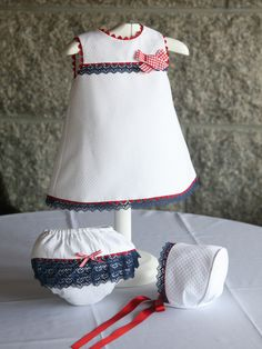 Ropa bebé: Vestido piqué con puntilas y lazo, braguita y capota