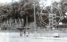 Penha - Parque Shangai Se fixou no bairro em 1951 , sendo considerado a segunda maior atração do bairro, atrás apenas da igreja que dá nome ao bairro.A foto de 1988, de autoria de Selmy Yassuda, publicada no jornal O Globo, mostra a parte externa do Parque Shanghai, na Penha, ainda com seu letreiro e a roda gigante.