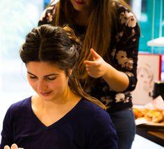 Noemi de Trendymood en train de se faire coiffer au bar à coiffure 365c.