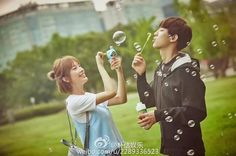 """[WEIBO] 161008 朴信娱乐 Weibo Update """"#Park Chanyeol# Park Chanyeol blowing bubbles in the photos from his new drama, I'm so jealous #blowing bubbles with Chanyeol# Chanyeol and his scissor hands again"""" cr: 朴信娱乐 