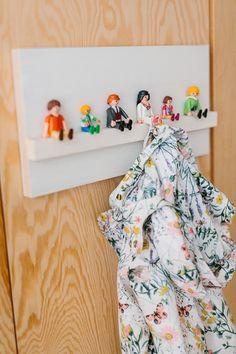 Playmobil, welke stoere meisjes en jongens hebbben deze levensechte mannetjes niet in huis? Zou het geen geweldig idee zijn als je kinderen deze speelpoppetjes elke dag mogen begroeten en uitzwaaien zonder daarvoor alle speelgoedbakken om te gooien? Met deze simpele kinderkapstok met superschattige Playmobilmannetjes kent elk jasje voortaan zijn plaats aan de muur. Wat heb …