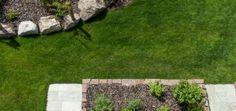 Ein wunderschöner blühender Garten mit all seinen Fassetten. Ein Hauch von Lavendelduft liegt in der Luft und das Rosenbeet entfaltet seine Schönheit und blüht auf. Der Rasen saftig grün und frisch gemäht. Die Vögel zwitschern von der begrünten Dachterrasse und schauen hinab auf den bunten Stein- und Gewürzgarten.