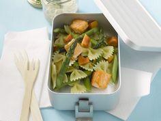 Pastasalat mit Spargel und Lachs - smarter - Zeit: 40 Min. | eatsmarter.de
